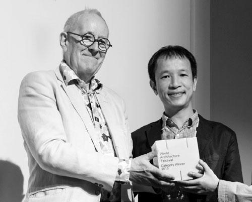 Ngài Peter Cook, Chủ tịch Hội đồng giám khảo Liên hoan kiến trúc quốc tế trao giải cho KTS Hoàng Thúc Hào.