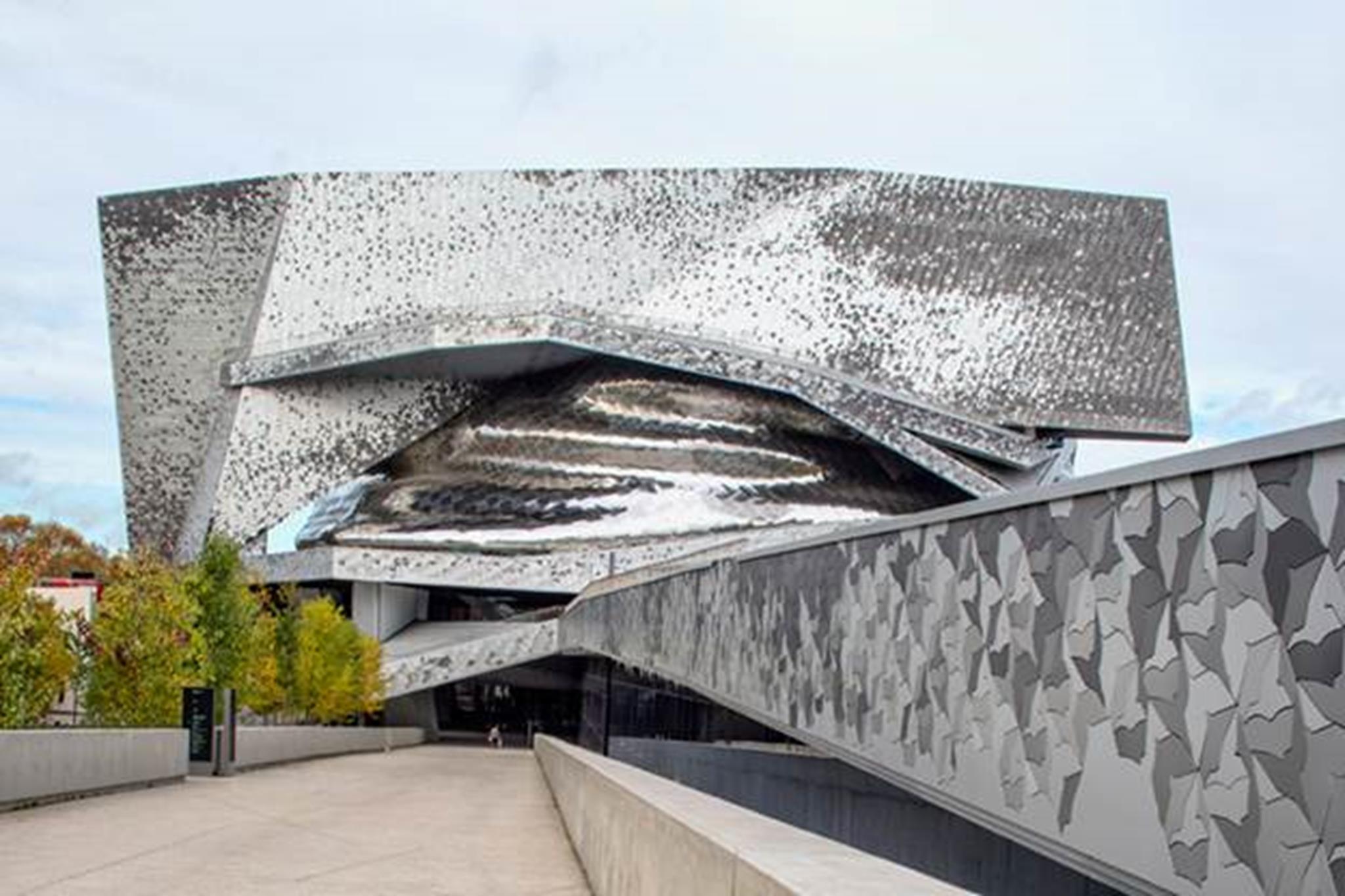 Cấu trúc bao gồm một phòng hòa nhạc lớn với 2.400 chỗ ngồi.