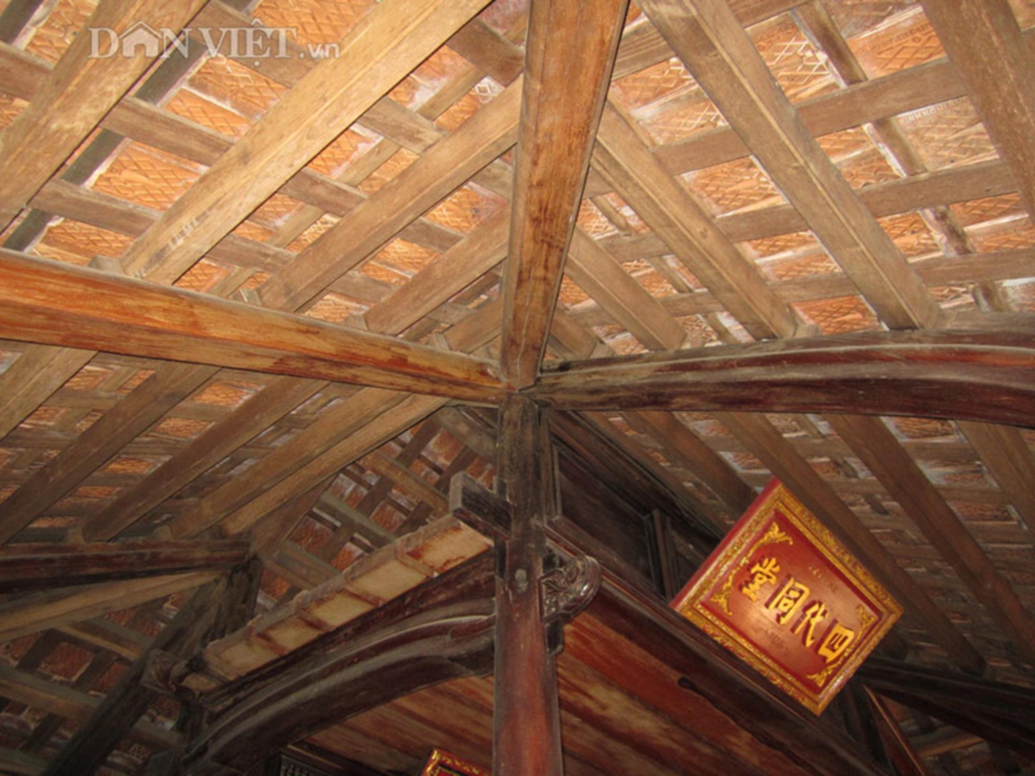 Đòn tay, cột kèo mái nhà được khớp nối tinh tế.
