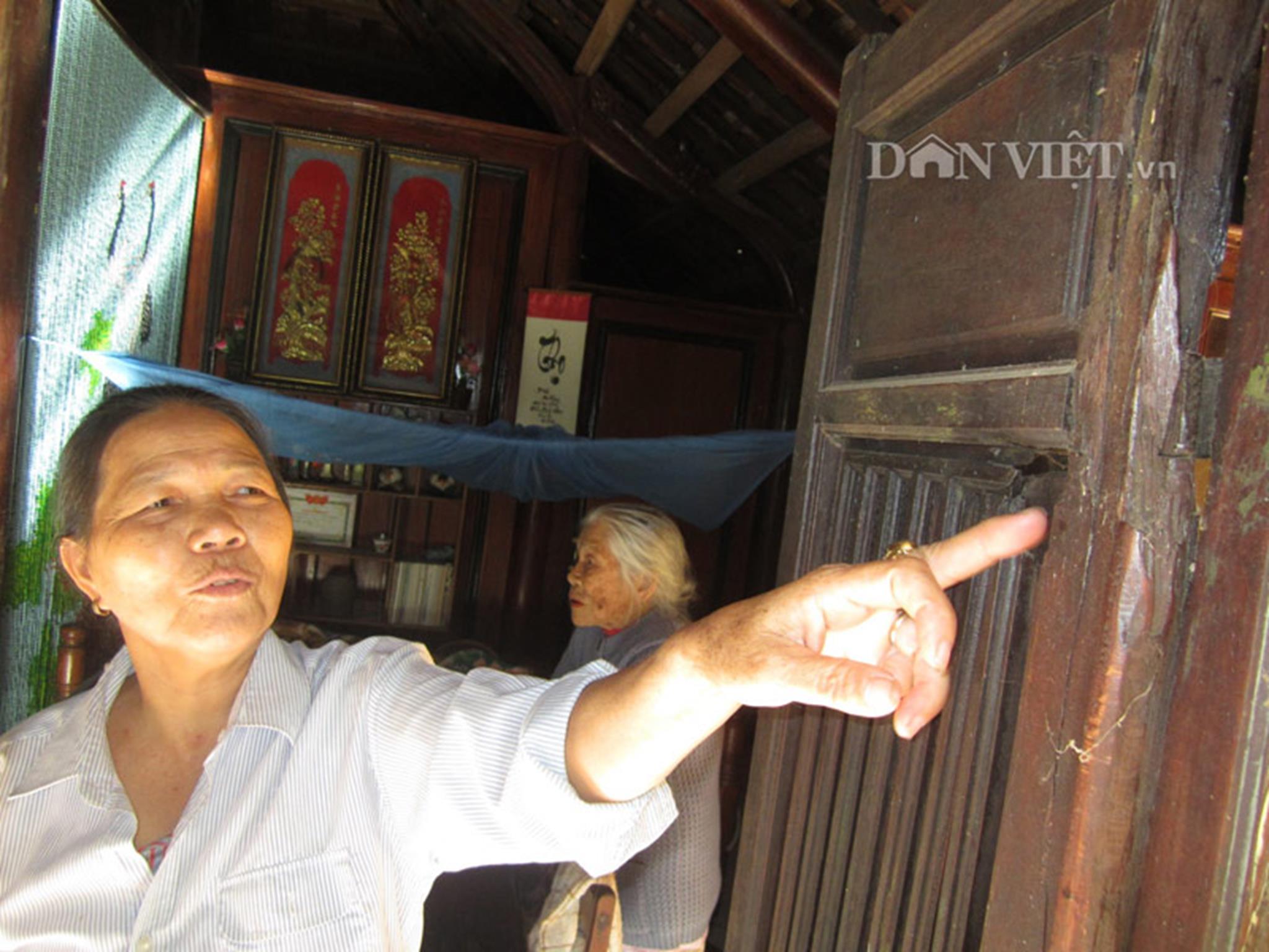 Cánh cửa ngôi nhà rường của bà Dương Thị Hường có nhiều vết đạn bắn thời chiến tranh.