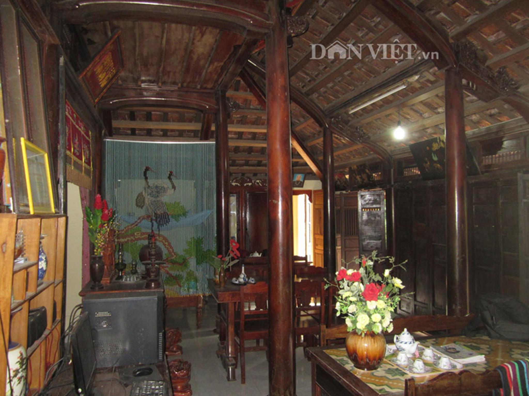 Tường của nhà được xây bằng gạch thẻ hoặc gạch vồ để mùa đông ấm, mùa hè mát mẽ.