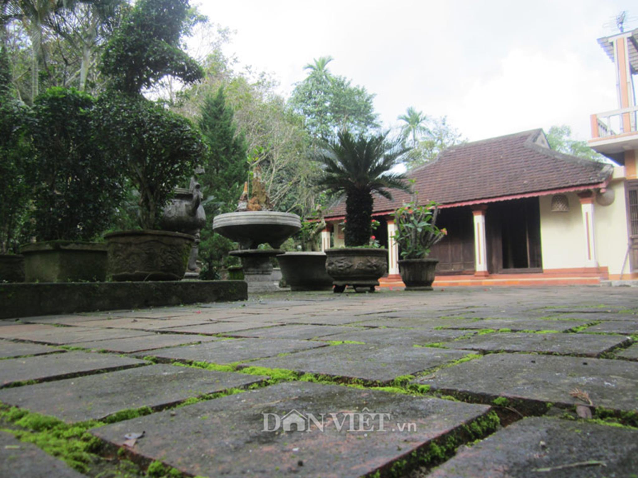 Khoảng sân và nền nhà được lát bằng gạch ba sàng đã phủ rêu phong bởi thời gian.