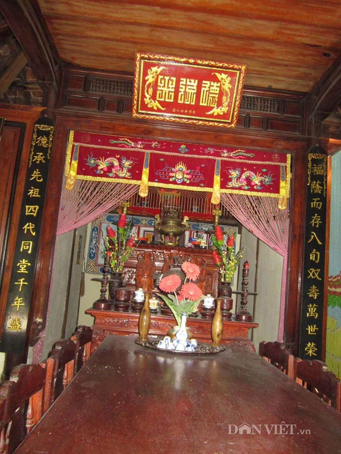 Nơi thờ tự được thiết kế khá cầu kì, nổi bật nét trang trọng.