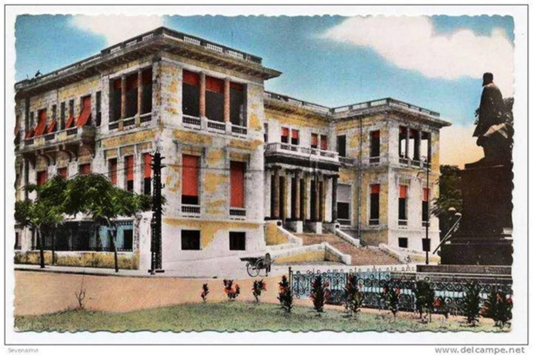 Ngân hàng Đông Dương (Banque de l'Indochine) là cơ sở tài chính được Pháp thành lập ngày 21/1/1875 tại thủ đô Paris với mục đích phát hành giấy bạc và tiền kim loại cho các xứ thuộc địa của Pháp ở châu Á... Sau khi đến Việt Nam, người Pháp xây dưng trụ sở 2 chi nhánh đặt tại Sài Gòn và Hải Phòng, trong đó Ngân hàng Đông Dương chi nhánh Hải Phòng được khai trương vào năm 1885, có trụ sở bên bờ sông Tam Bạc.