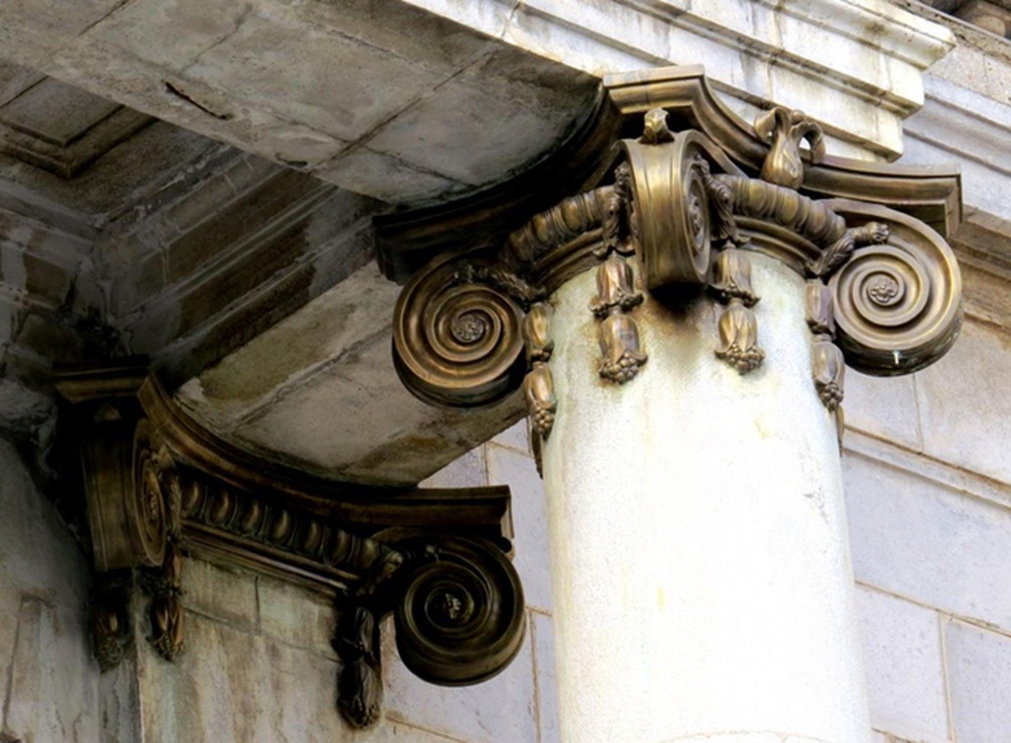 Phần đầu cột tại nơi tiếp giáp với mái hiên được trang trí hoa văn làm bằng đồng nguyên chất. Phía chân cột cũng được bọc đồng.