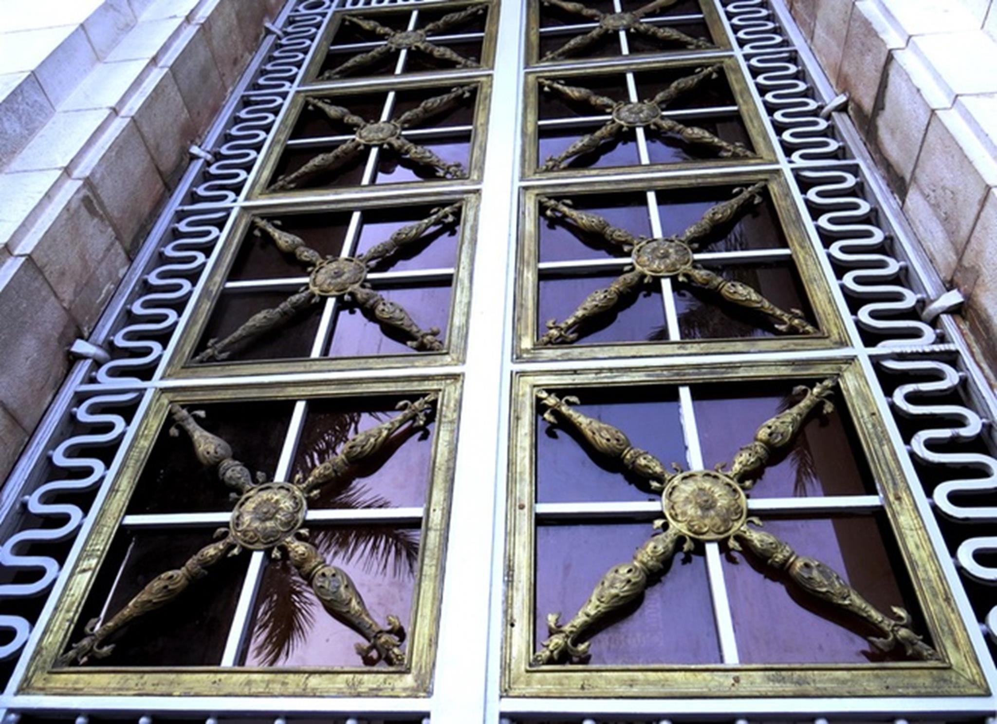 Những bộ cửa đại tại tiền sảnh cao khoảng 4 m, khung được làm bằng sắt vuông đặc, bên trong là các song chắn cách điệu được đúc bằng đồng.