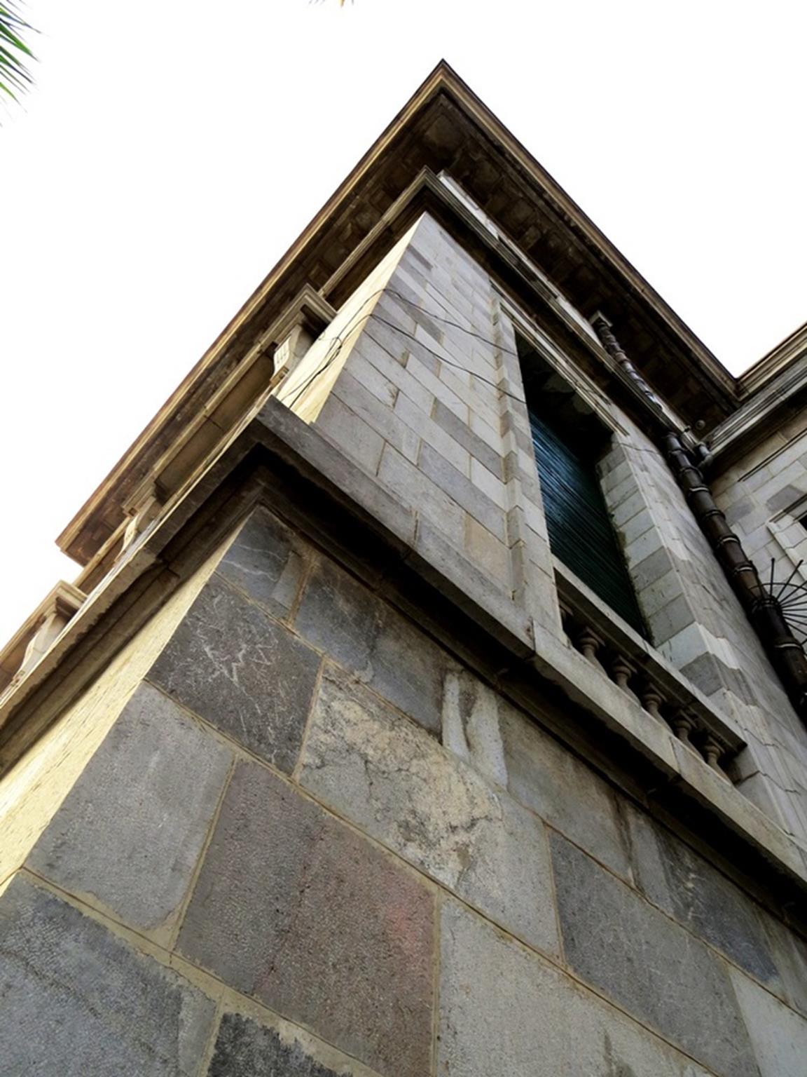 Điểm làm nên sự khác biệt và độc đáo của công trình là toàn bộ chân móng, tường vây xây bằng hàng chục nghìn viên đá xanh được đục đẽo, cắt gọt vuông thành sắc cạnh, có bề dày 0,4-0,45 m. Mặt tường bên trong được trát cẩn thận, riêng phía tường ngoài chỉ chít mạch.