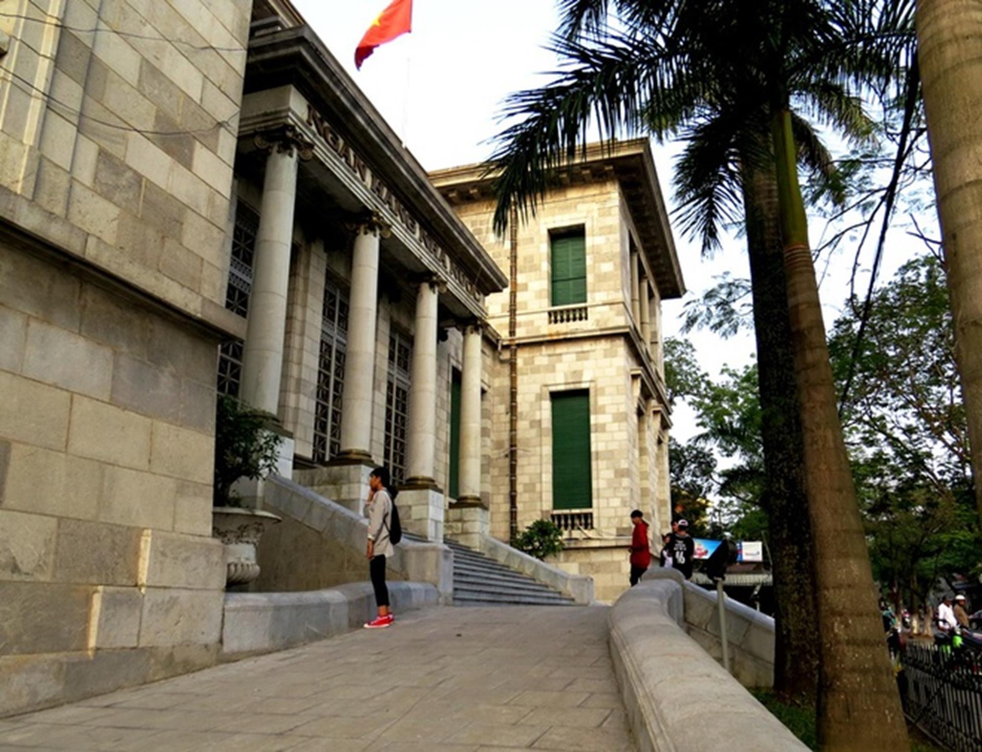Trụ sở ngân hàng này được người Pháp xây dựng hoàn toàn bằng đá xanh tự nhiên nguyên khối, khai thác tại núi đá Thủy Nguyên (Hải Phòng) và các mỏ đá Thanh Hóa. Tòa nhà được thiết kế 3 tầng, bao gồm một tầng hầm dùng làm kho, 2 tầng trên dùng làm việc và giao dịch.