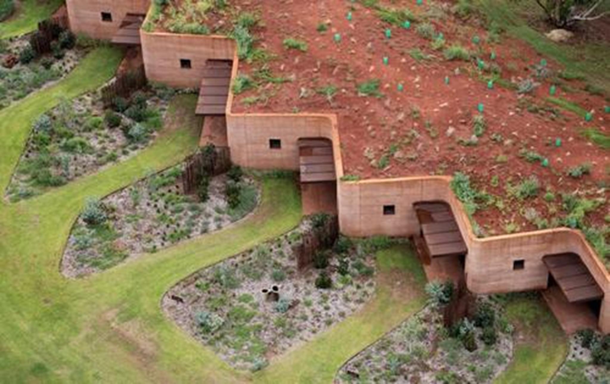 """Trại gia súc mang tên """"The Great Wall of WA"""" của kiến trúc sư Luigi Rosselli là nơi trú ngụ lý tưởng cho gia súc trong mùa chăn thả. Cả khu trại trải dài trên diện tích khoảng 260m và được xây dựng bằng các vật liệu thích hợp với khí hậu, ánh sáng, vị trí, hướng nhà để nhằm duy trì nhiệt độ mát mẻ tự nhiên trong khí hậu nhiệt đới."""