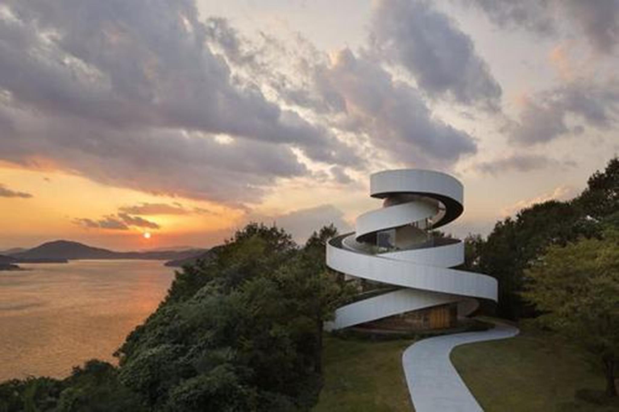 Nhà nguyện tổ chức lễ cưới ở Onomichi, Hiroshima, Nhật Bản được thiết kế theo kiến trúc mặt đứng ấn tượng. Công trình kiến trúc ấn tượng nhất năm 2016 này được bao bọc xung quanh bằng kính và bức tường giống hình dải lụa trắng thể hiện sự tinh khiết, thiêng liêng của hôn nhân.