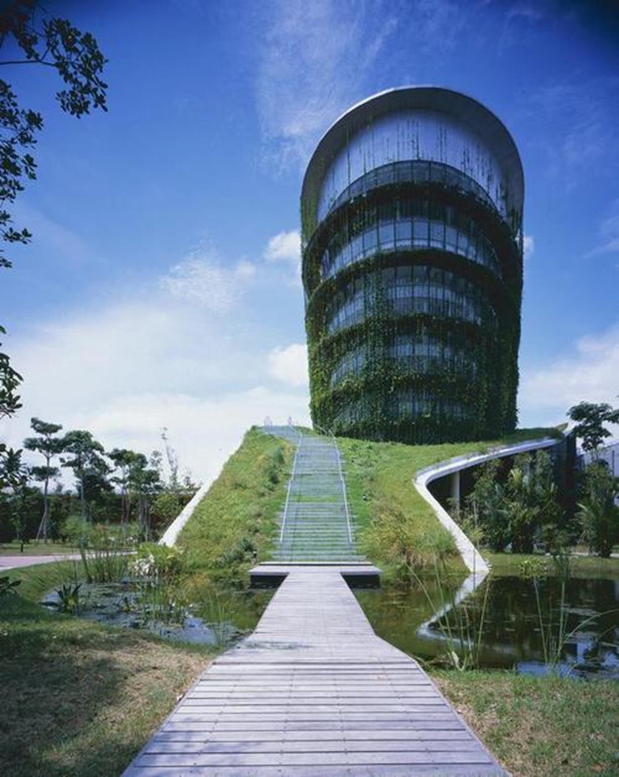 Các kiến trúc sư Malaysia xây dựng một nhà máy công nghiệp thân thiện với môi trường. Nhà máy được bao phủ xung quanh bởi màu xanh của lá cây nhằm giảm lượng khí thải carbon ra môi trường và tăng sự hấp thụ nước mưa để làm mát không gian bên trong.