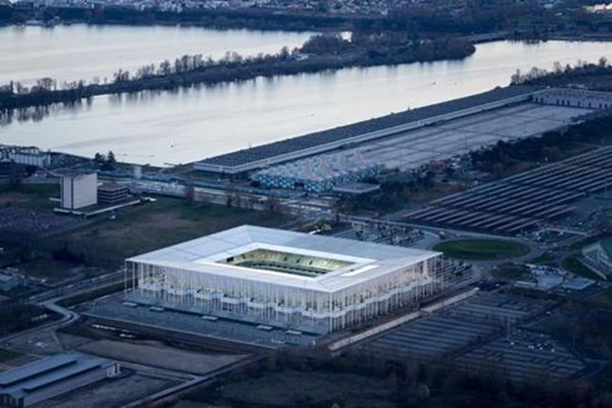 Sân vận động Matmut Atlantique, Bordeaux, Pháp nổi bật với kiến trúc mở và thanh lịch. Những chiếc cột đứng thanh mảnh giúp các cầu thang lớn tạo không gian mở giao hòa với xung quanh, tạo cảm giác cởi mở, dễ tiếp cận cho mọi người.