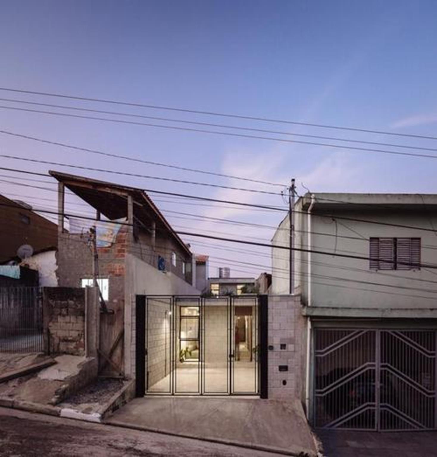 Ngôi nhà cũ kỹ ở Brazil được cải tạo lại với kiến trúc cực kỳ ấn tượng. Không gian bên trong được thiết kế tiện nghi với phòng khách, phòng ngủ, phòng vệ sinh, nhà bếp, phòng giặt và một khoảng sân nhỏ.