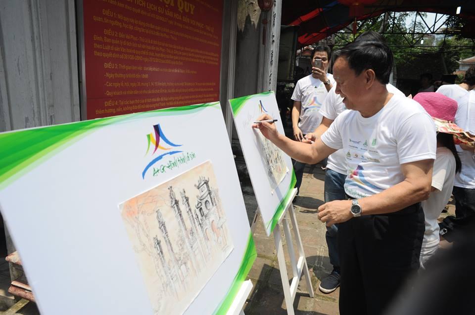 Các KTS cùng ký tên vào các bảng tranh ký họa do các em sinh viên Kiến trúc thực hiện tại đền Voi phục