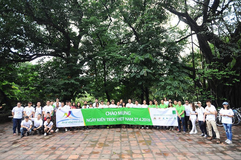 Chụp ảnh lưu niệm trong sân đền Voi phục trước khi bắt đầu buổi nói chuyện của Nhà sử học Lê Văn Lan