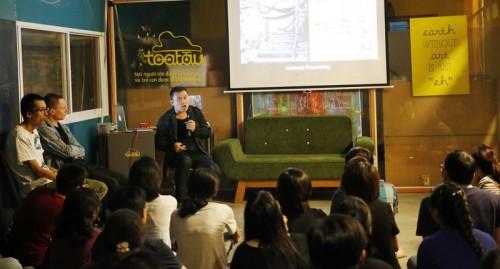 Nghệ sĩ cảnh quan Andy Cao giao lưu với các bạn trẻ tại Toa Tàu trong lần trở về Việt Nam. Ảnh: Trung Dũng