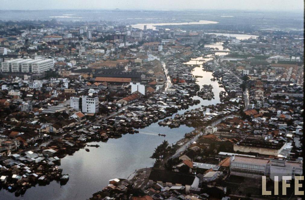Hàng ngàn nhà lấn chiếm rạch Bến Nghé trước 1975 - Ảnh: LIFE