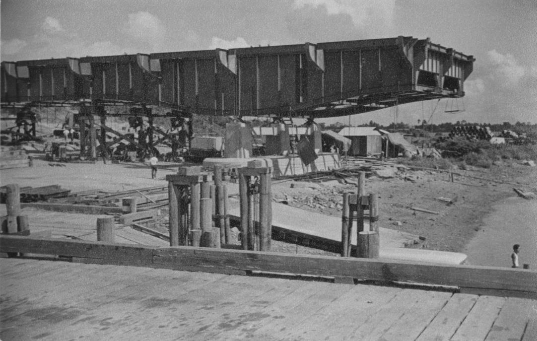 Cầu Đồng Nai lúc đang xây dựng năm 1959 - Ảnh: George E Gray