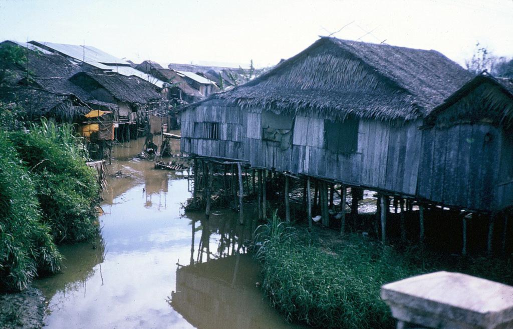 Rồi hàng vạn nhà lấn chiếm toàn bộ hai con rạch huyết mạch của Sài Gòn: Thị Nghè và Bến Nghé - Tàu Hủ, để lại một hậu quả lâu dài trong quy hoạch đô thị.