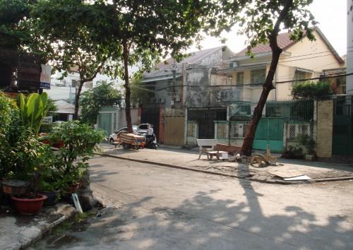 Một thiết kế khu dân cư đầu thập niên 1960 ở Sài Gòn: các ngôi nhà nửa biệt thự, nửa nhà phố một trệt, một lầu nằm quanh một giếng trời của khu rộng khoảng 300-500m2. Ảnh chụp trên đường trên đường Phạm Văn Hai (Tân Bình, TP.HCM) hiện vẫn còn khá nguyên vẹn (riêng vạt cỏ của giếng trời đã bị lát ximăng). Toàn khu có đường thông ra ngoài ở ba phía (đường bên dưới ảnh thông ra một con hẻm 10m để ra đường Phạm Văn Hai, Lê Văn Sỹ - Ảnh: M.C.