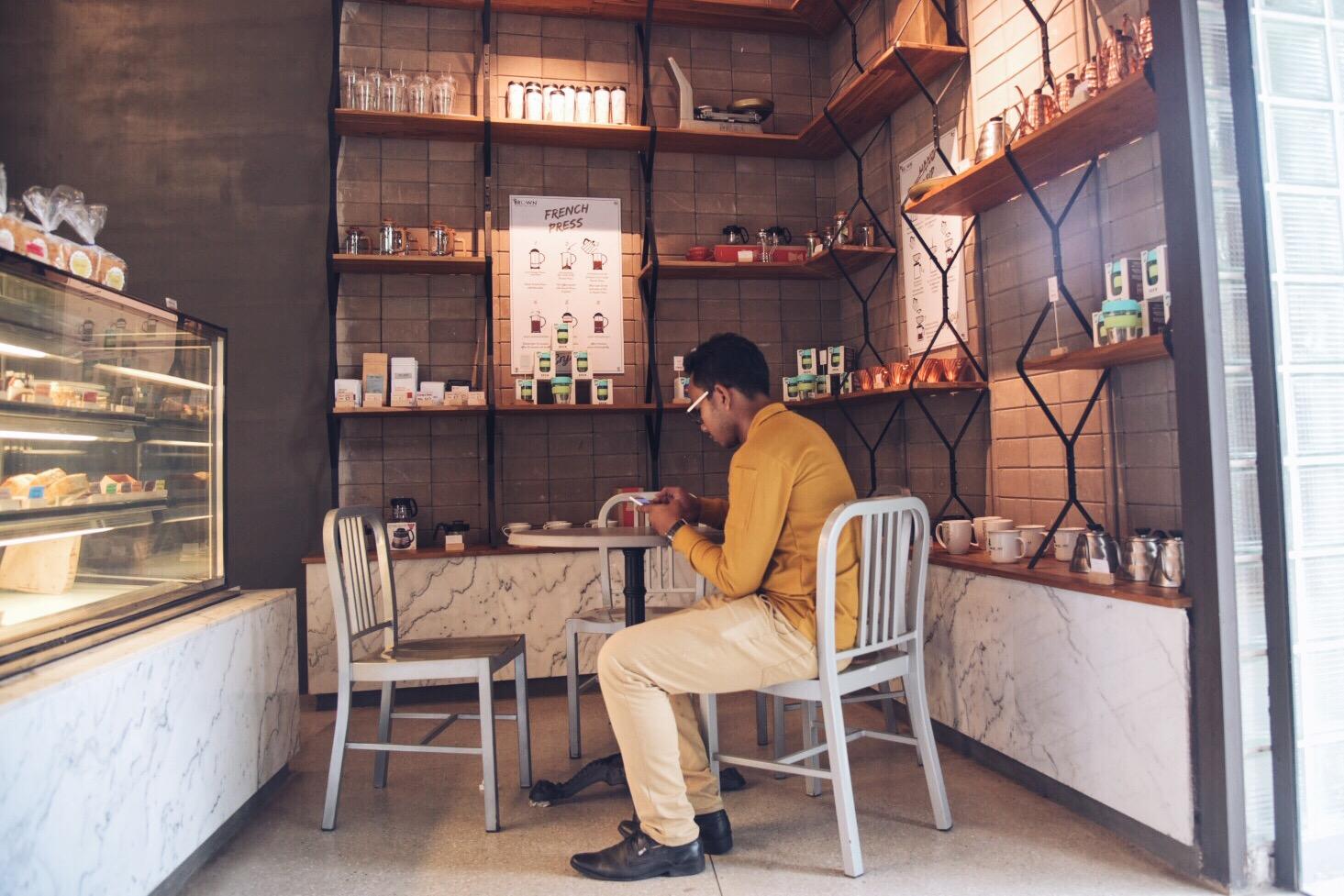 Chất liệu gạch phù hợp với cả nội thất quán cafe