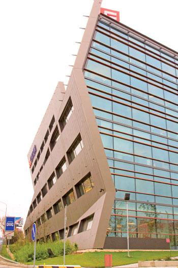 Toàn cảnh BB CENTRUM, hình dáng và vật liệu tiêu âm VM (một công trình kiến trúc hiện đại trong tổ hợp B,C,E, OFFICE PARK / RESIDENCE, ALPHA,BETA,GAMMA do văn phòng ANLIK FISER thiết kế)