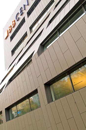 BB Centrum, với hình dáng tiêu song phản xạ với vỏ mặt ốp VM ZINC QUARTZ PLUS