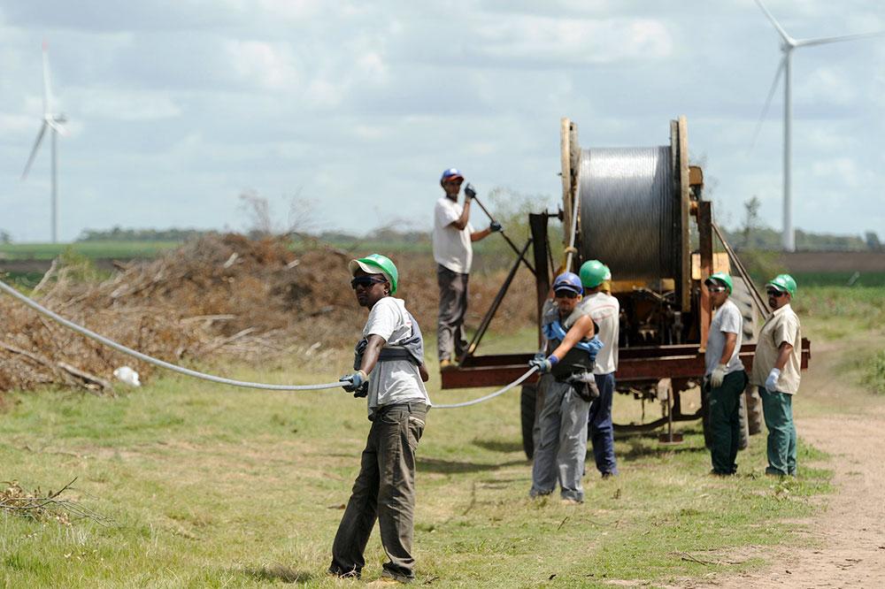 Công nhân đang đấu nối nguồn điện của tua bin gió