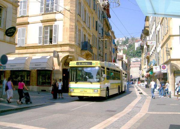 Xe bus điện (Trolleybuses) đi dọc trong khu vực phố đi bộ Neuchâtel, Thụy sĩ