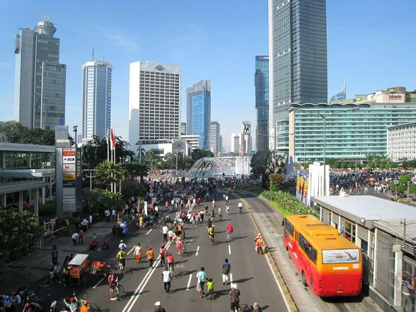 Xe bus nhanh (RBT) đi chậm trong khu vực phố đi bộ Jakarta – Indonesia