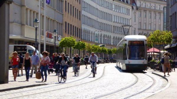 Xe điện (trams) chạy dọc tuyến trong khu vực phố đi bộ tại Gent, Bỉ