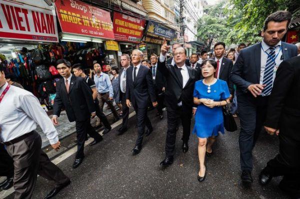 Đi bộ là lựa chọn của Tổng thống Pháp khi muốn thăm phố cổ Hà Nội.