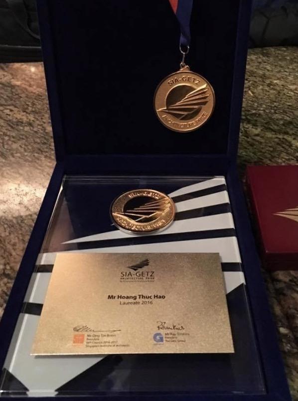 Cup và Huy chương trao tặng cho KTS Hoàng Thúc Hào