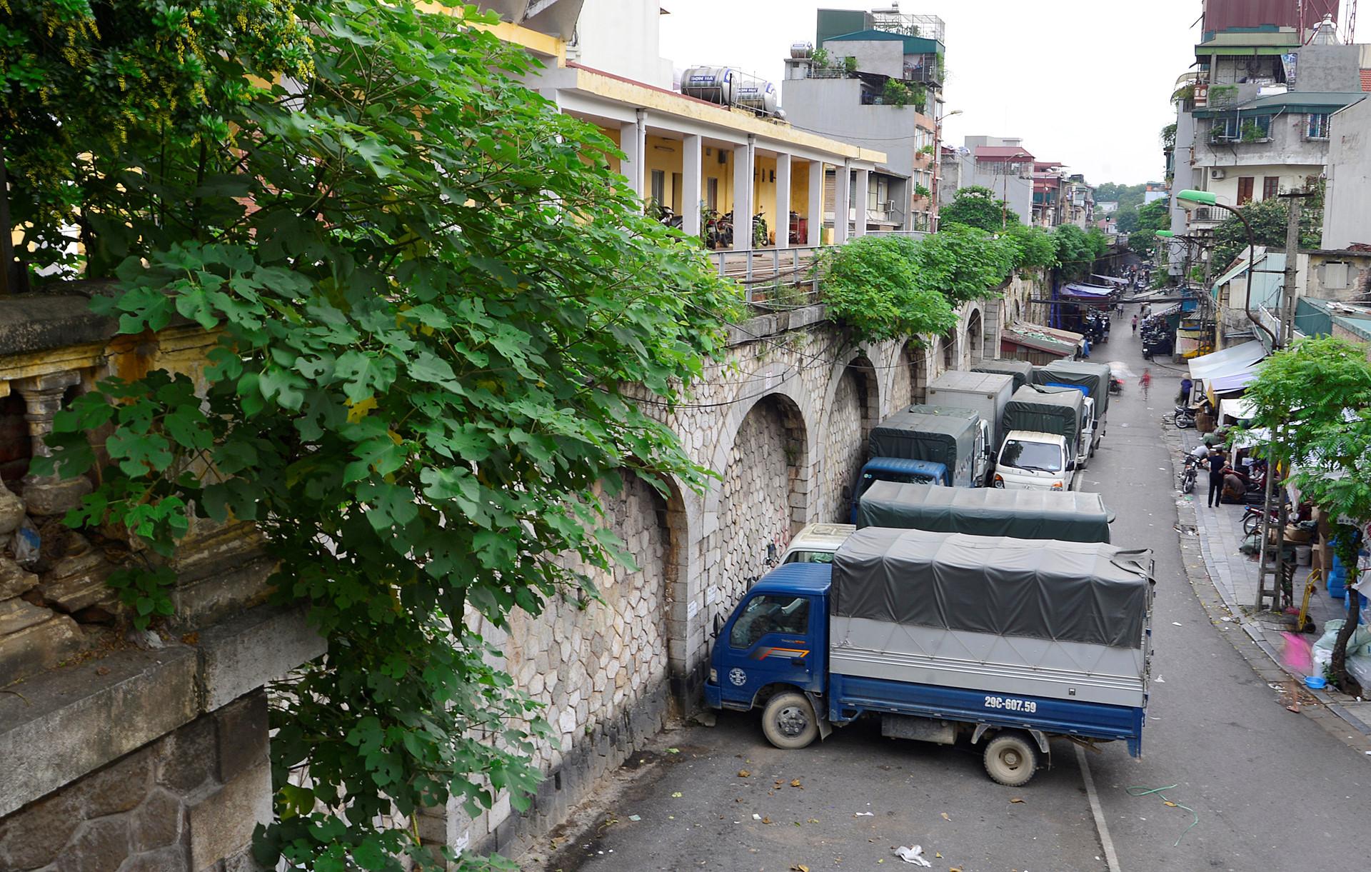Vòm cầu đoạn phố Phùng Hưng hiện chủ yếu dùng làm bãi gửi xe