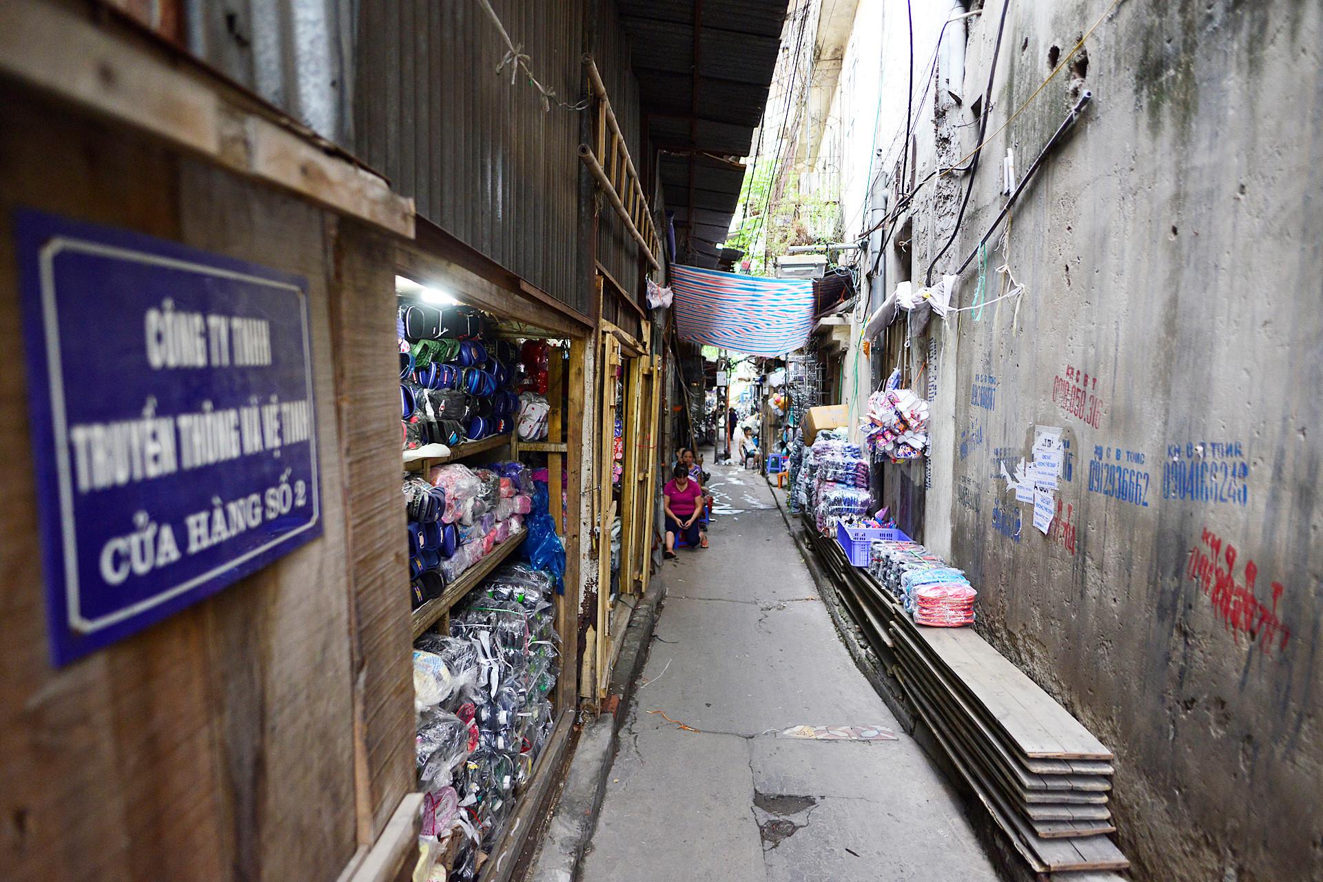 Nhiều mặt hàng được buôn bán dọc phố này như quần áo, giày dép, thực phẩm... Trước đây 131 vòm cầu được thông nhau, nhưng do mất tan toàn trật tự nên Hà Nội cho bịt.