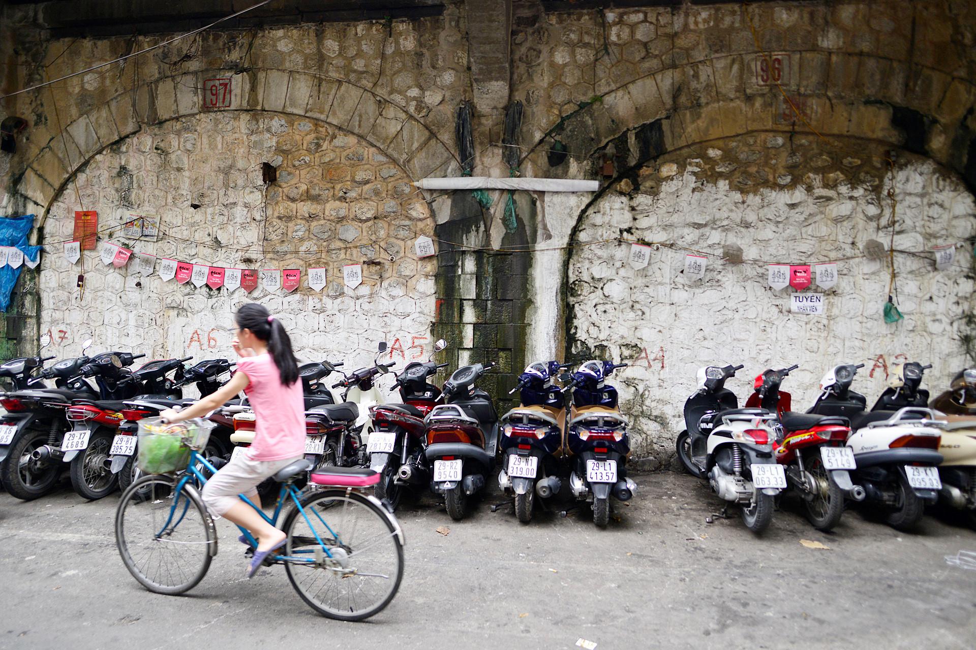 Đây cũng là nguyên nhân chính khiến Hà Nội cho xây bịt kín 127 vòm cầu. Chỉ để 4 cửa tạo thuận tiện cho việc đi lại của người dân.