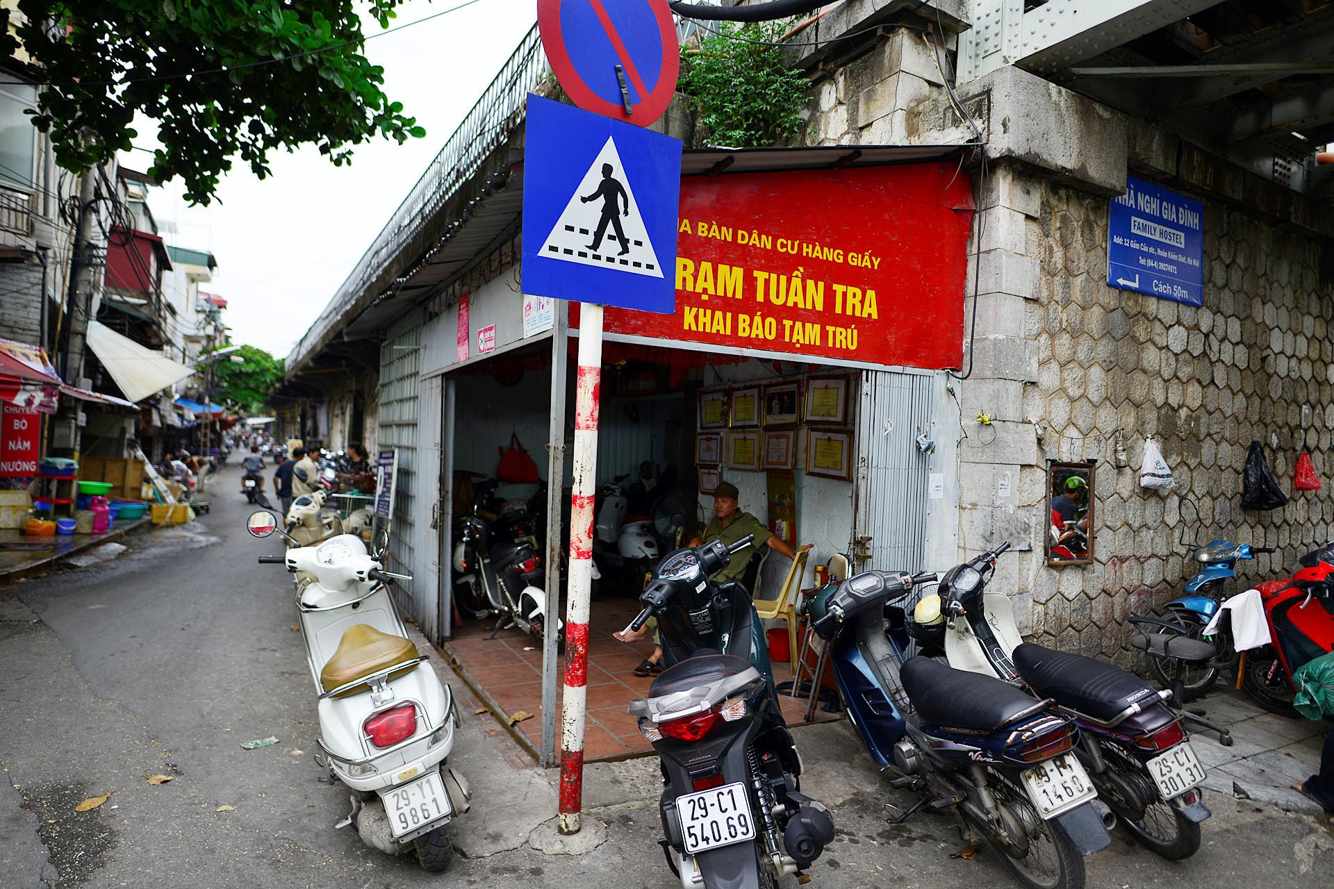 Đầu phố Gầm Cầu có trạm tuần tra, khai báo tạm trú của phường Hàng Giấy.