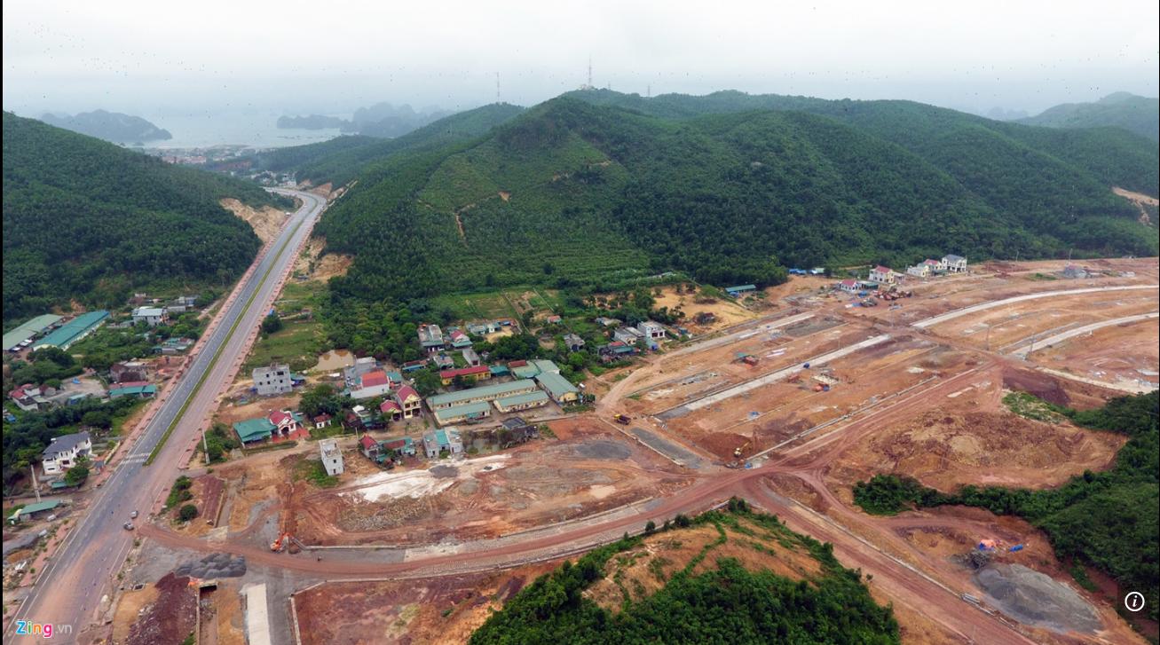 Nhiều công trình cơ sở hạ tầng đang được xây dựng tại Vân Đồn. Ảnh: Hoàng Hà.