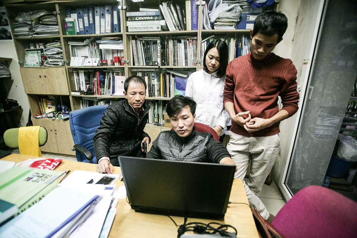 KTS. Hoàng Thúc Hào và các cộng sự đang trao đổi ý tưởng thiết kế tại Văn phòng Kiến trúc 1+1>2 do anh sáng lập