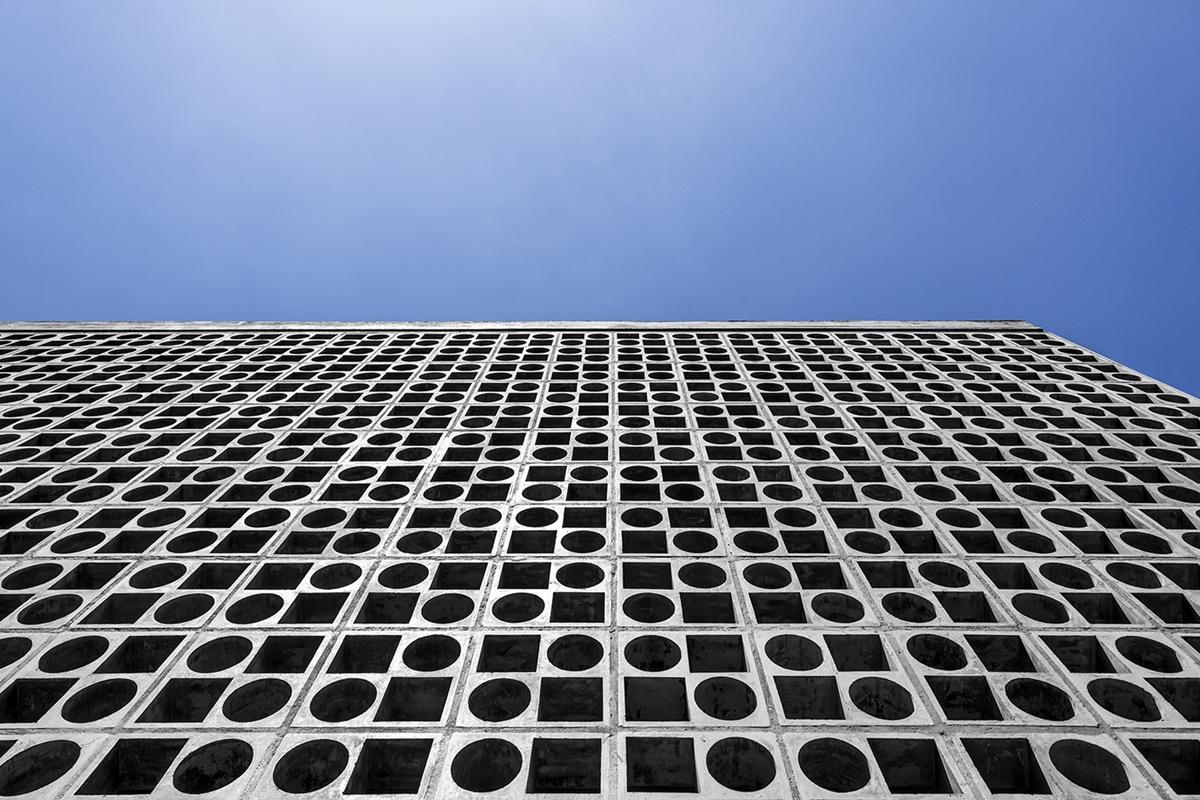 Mảng tường lỗ này gợi nhớ về phong cách Kiến trúc hiện đại màu sắc Brasil