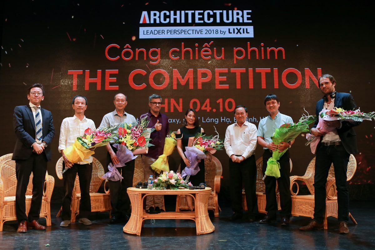 Chủ tịch Hội KTS Việt Nam – Nguyễn Tấn Vạn (thứ 3 từ bên phải) và ông Masahiko Hiramoto – Tổng Giám đốc Công ty LIXIL Việt Nam (đầu tiên bên trái) gửi tặng hoa đến Moderator Lê Hằng cùng đạo diễn bộ phim (thứ 4 từ bên trái) và các diễn giả tham dự thảo luận sau chiếu phim.