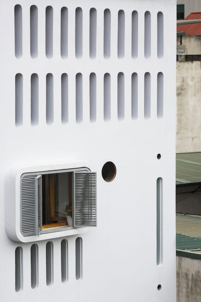 Các cửa sổ kính được thiết kế ở mái sau nhà và đủ thấp để có thể thao tác mở ra đóng vào