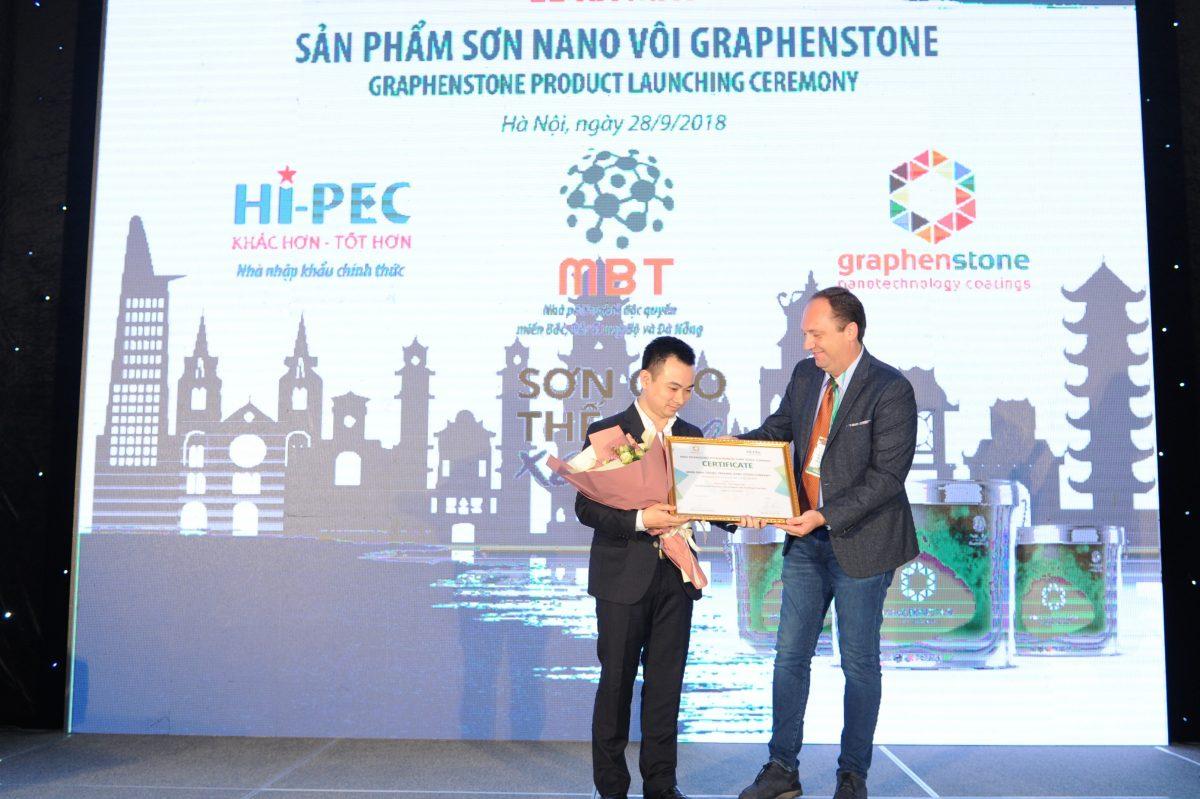 Ông Antonio Leon Jimenez trao chứng nhận phân phối độc quyền Miền Bắc, Bắc Trung Bộ và Đà Nẵng cho đại diện Công ty Cổ phần Thương mại MBT.