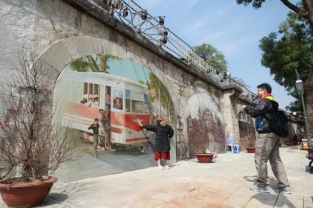 Bích họa trên phố Phùng Hưng. Ảnh: Phạm Hùng
