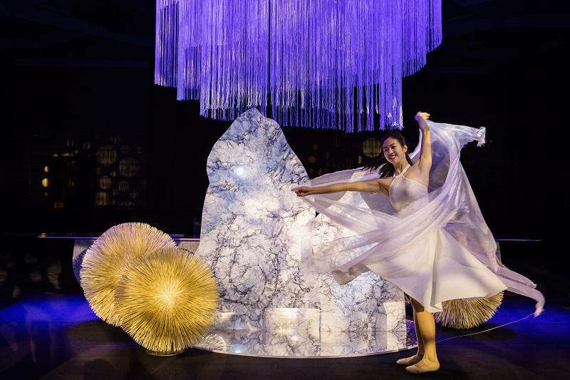 Qua nghệ thuật sắp đặt và kết hợp âm nhạc, những tấm đá VICOSTONE được chế tác theo nhiều hình khối lấy cảm hứng từ Không khí, Ánh sáng và Nước. Trong đó, tác phẩm Không khí được sử dụng trên đá White Fusion- phiên bản đặc biệt chỉ dành riêng cho sự kiện này.
