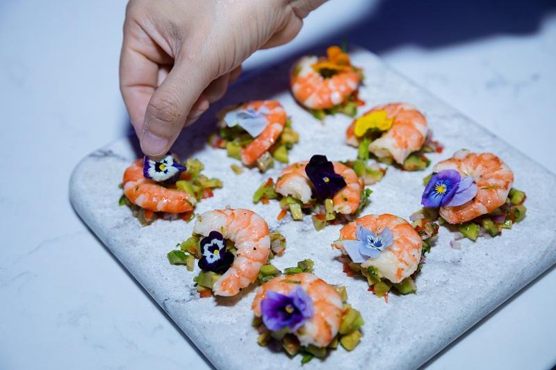 Các món ăn được đầu bếp trình diễn trên mặt bàn đá VICOSTONE lấy cảm hứng từ 3 yếu tố: Nước, Không khí và Ánh sáng. Không chỉ thể hiện vai trò gần gũi của kiến trúc trong đời sống mà còn cho thấy vẻ đẹp từ ẩm thực, kết hợp với ý tưởng sáng tạo trên mặt bàn bếp.