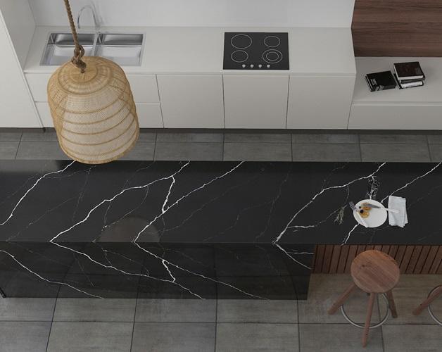 Đảo bếp sử dụng đá VICOSTONE mẫu Nero Marquina có vân đá mô phỏng tia sét trắng ấn tượng, mang lại cho gian bếp vẻ sang trọng và cuốn hút