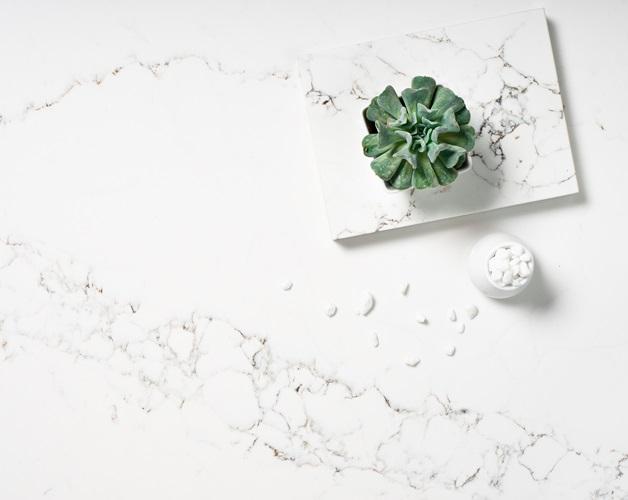 Mặt đá Statuario (bộ sưu tập Exotic của VICOSTONE) như đưa dòng nước mát lành vào trong không gian sống của bạn