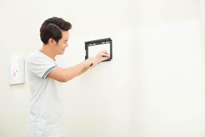 MC Hồng Phúc tự tay lắp đặt giá treo tivi mà không cần máy khoan hay tắc kê chuyên dụng như trước