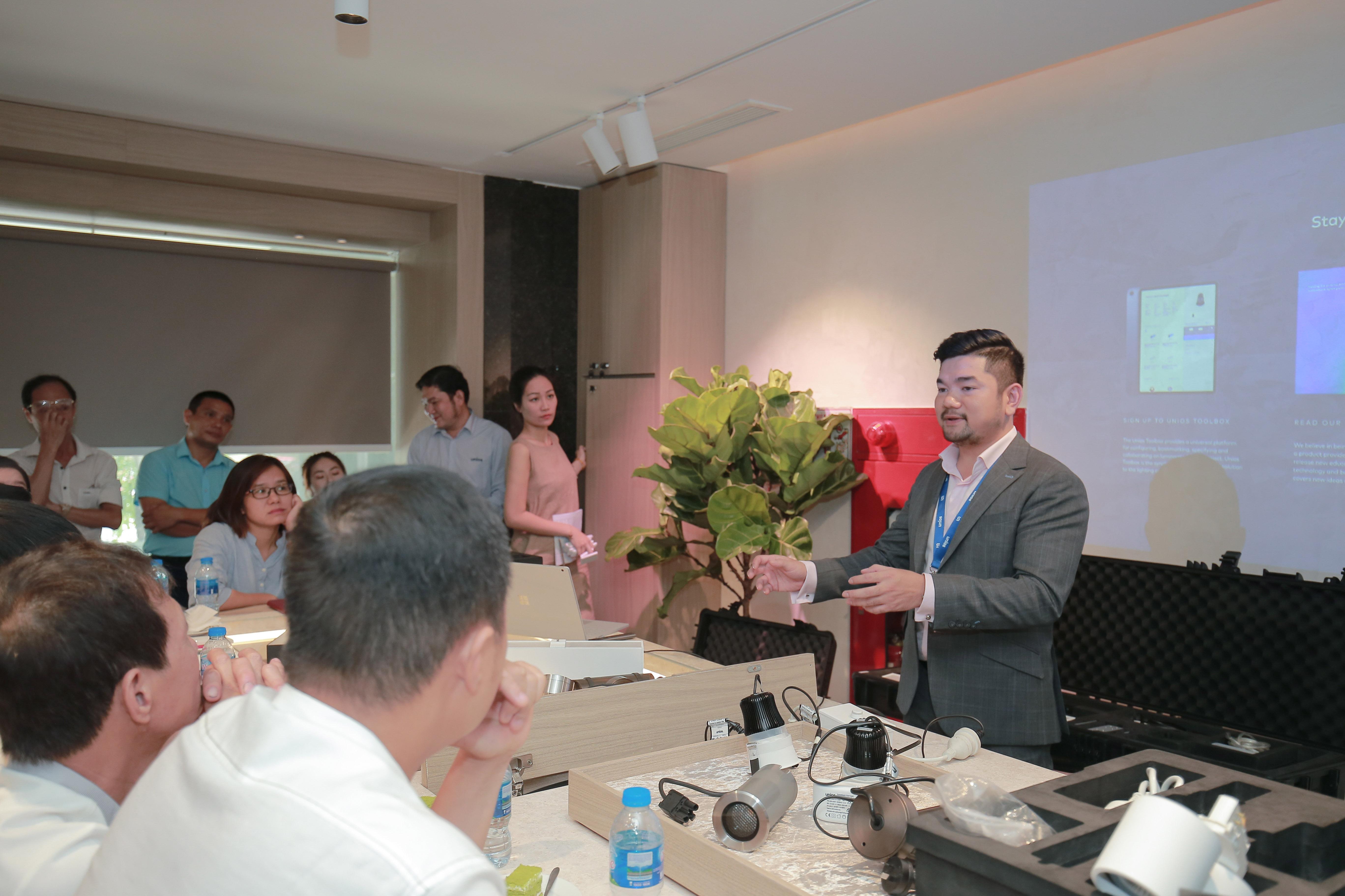 """UNIOS khai trương Showroom Hà Nội và Seminar với chủ đề """"Flicker Free và Chiếu Sáng Mảng Xanh"""""""